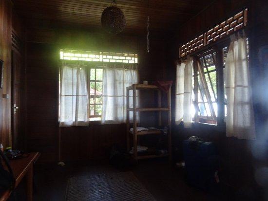 Pulisan, อินโดนีเซีย: une table et trois étagères dans la chambre