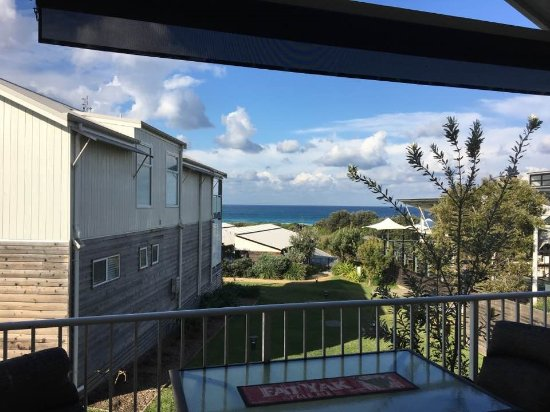 Caves Beach, Avustralya: this is the only view of the ocean from the balcony of our Ocean Villa