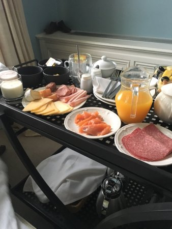 Hotel Recour: Wonderful continental breakfast in bed
