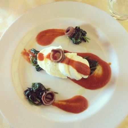 Busto Garolfo, Italien: Tagliata di bufala con crema di pomodorini, spinaci e acciughe del Mar Cantabrico