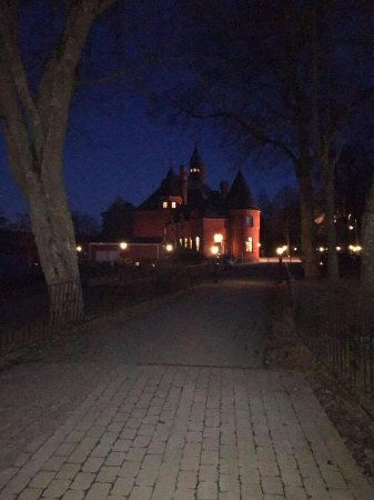 Bro, Sweden: På väg till slottet från Herrgården.
