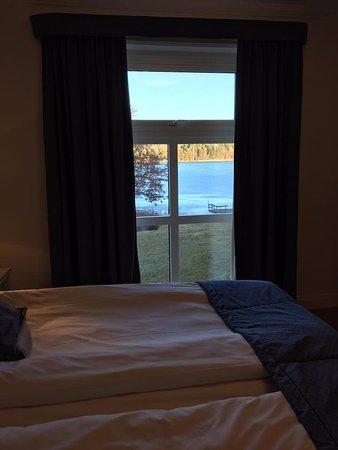 Bro, Sweden: I Herrgården finns detta rum med utsikt över sjön.