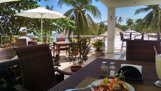 Oscar's Bar and Restaurant Malapascua: enjoy the shelter in front of the blissful sea view