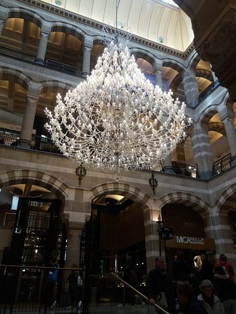 Magna Plaza: Stunning chandelier in central area
