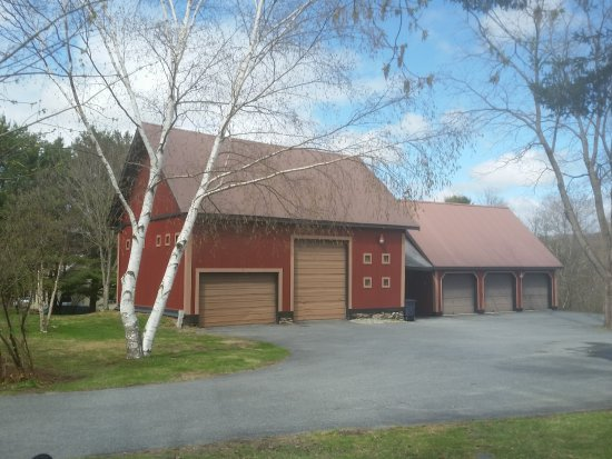 Quechee, VT: Two antique barns provide a warm welcome at the entrance to the Inn