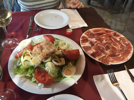 Bigues i Riells, Spain: Ensalada y plato de jamon