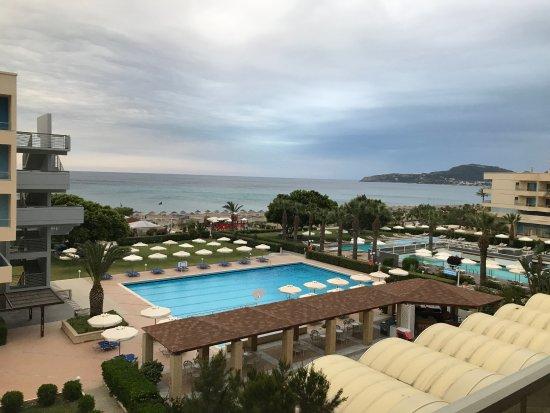 """Blue Sea Beach Resort : Zimmer mit Meerblick gebucht. Trotzdem nur """"zweite Reihe"""". War aber o.k."""