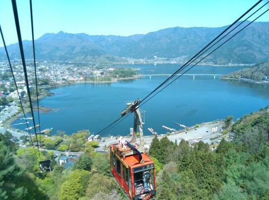 Fujikawaguchiko-machi, Japan: 坐纜車時可遙望河口湖大橋