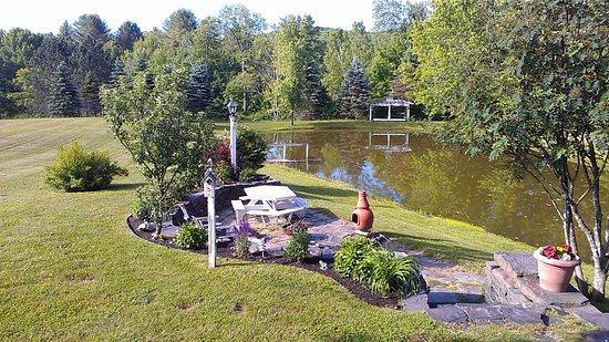 Quechee, VT: Sunshine and relaxation at pond's edge