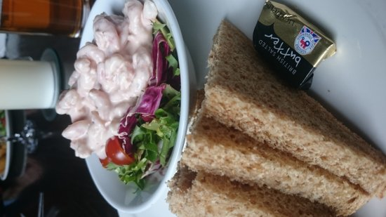 Bo'ness, UK: Yummy prawn cocktail,  cajun chicken salad and in house brewed real ale x