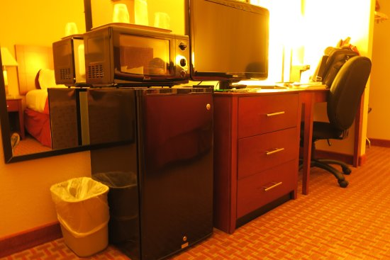 Quality Inn and Suites Davenport: Microwave and Refridgerator