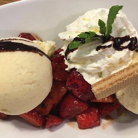 Gleiszellen, Alemania: Erdbeeren mit grünem Pfeffer und Balsamico auf Vanilleeis