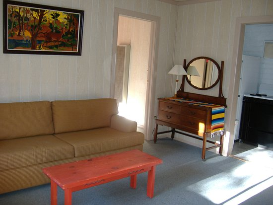 Hillsboro, Nuevo Mexico: Suite rooms adjoin for larger groups or just relaxing on vacation. (Couch opens to queen-size be