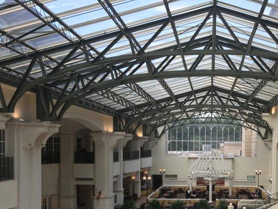 Braselton, GA: Versailles Restaurant and central court