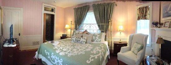 Parsonage Inn: Dr Joseph Seth Master Bedroom. Opens to Deck