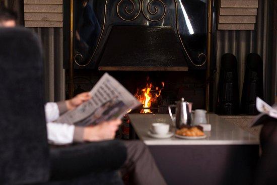 Best Western Plus White Horse Hotel: Open Fire in the Hotel Lobby