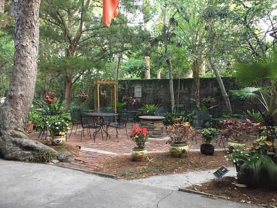 St. Francis Inn Bed and Breakfast: Beautiful view of the outdoor patio, perfect for relaxing throughout the day and evening.