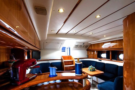 Living room and dinette of alfamarine 47 twister two picture of amalfi charter amalfi coast for Living rooms bedrooms dinettes