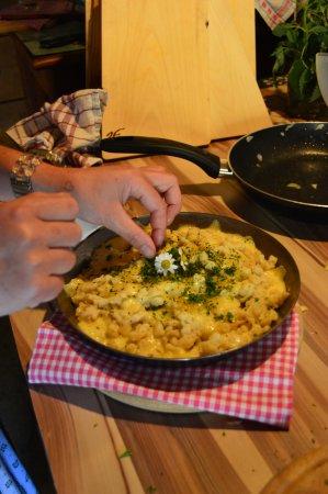 Rauris, Avusturya: Kasnock'n mit Bauernkäse, im Eisenpfandl - schmecken am Besten geröstet am Holzofen.
