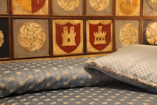 Narni Scalo, Italie : particolare della testata del letto della camera azzurra