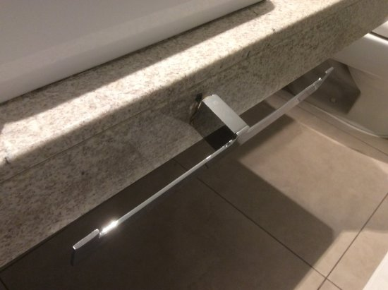 Novotel Cusco: Shower rail, held on by 1/2 screw.