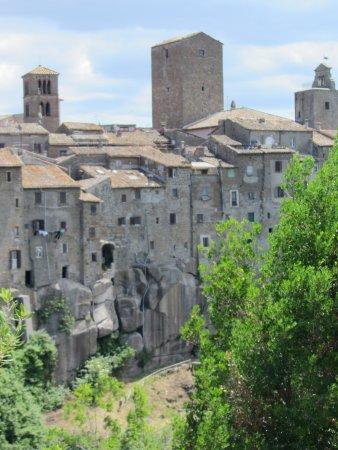 Vitorchiano, Italia: Borgo Medioevale abbarbicato sul tufo 4