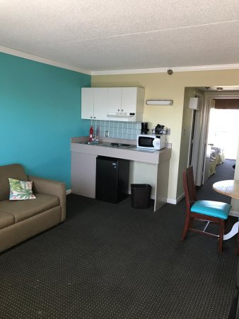 Cayman Suites May 2017, great clean rooms, beautiful views 4th floor, room 401, covered parking.