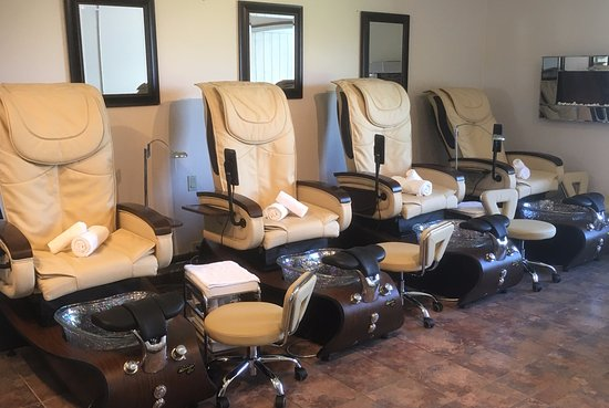 Horseshoe Valley, Canada: Our brand new massage pedicure chairs.....feel the ahhhhh while we pamper you!