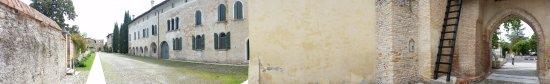 Cordovado, Ý: Obbligatoria una visita in questo luogo. Il giardino del castello è favoloso. Ci sono moltissime
