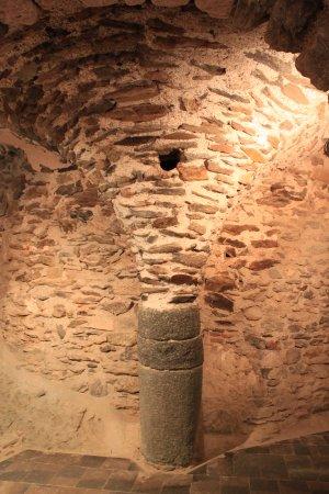 Monasterio de Sant Pere de Rodes: Capitel en forma de palmera que sujeta parte superior