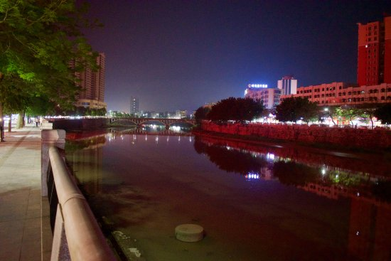 Xinxing County, จีน: Lovely tree lined avenue & river runs along from the hotel