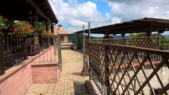 Sarnano, إيطاليا: tavoli esterni