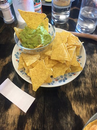Hinton, Canadá: Fish tacos and chips with guacamole.