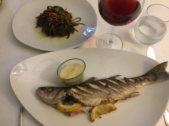 Tarcal, Macaristan: Rezidencia ponúka výbornú večeru v netradičných boxoch. My sme si dali rybku a dezert. Vo víne s