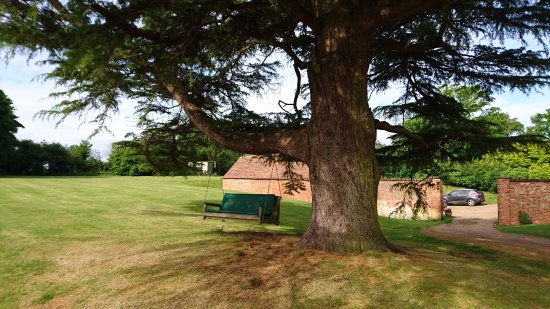 Eastling, UK: Bench in grounds