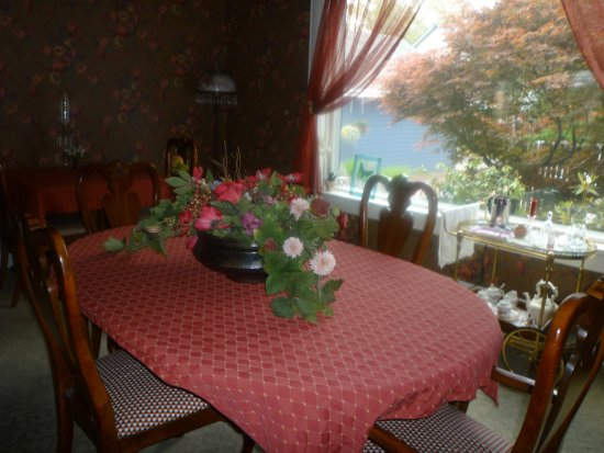 The Maxwell House Bed and Breakfast: Dining Room