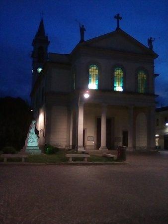 Cornaredo, Italy: Chiesa San Giacomo e Filippo in piazza Libertà