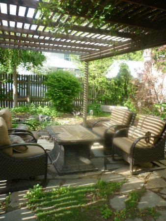 The Maxwell House Bed and Breakfast: Outdoor arbor with fire pit.