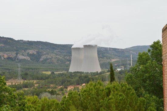 Cofrentes, Spania: vista de la central nuclear desde el pueblo