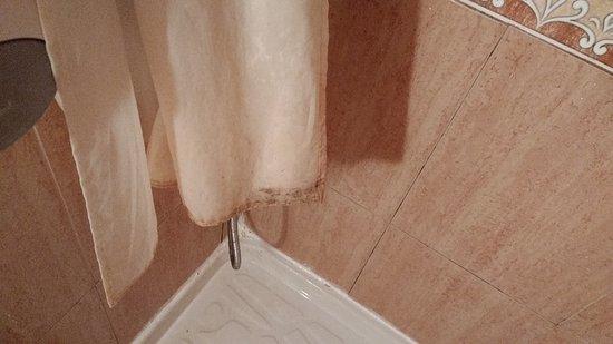 """Arratzain : Lugar pésimo, higiene nada(toalla sucia en ducha y water """"ocupado"""")el colchón se notaban los ala"""