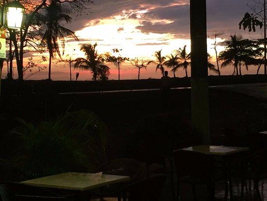 Puerto Caldera, Costa Rica: Un bello atardecer desde la terraza exterior.