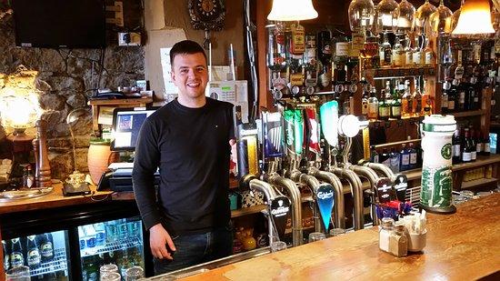 Listowel, أيرلندا: The friendly, helpful bartender at the Horseshoe.