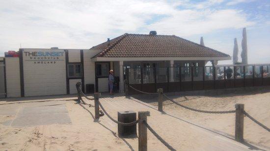 Hollum, Ολλανδία: De prachtige Beachclub The Sunset op een zonnige dag