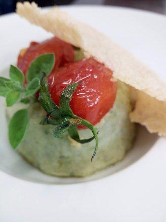 Borgo San Lorenzo, Włochy: Flan di zucchine con cialda di parmigiano e pomodorini scottati