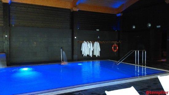 Font Vella Hotel Balneari: La piscine du spa qui comprends un parcours global et donne sur le jardin
