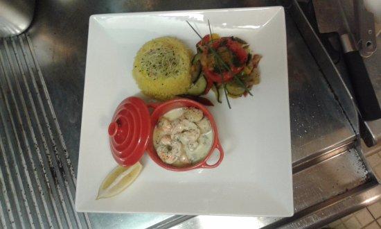 La Cadiere d'Azur, France: Méli-mélo de gambas et st Jacques,  riz safrané, légumes et tomate provençale.