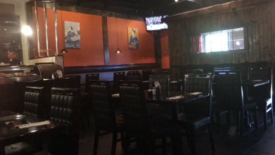 Overland Park, KS: Nice atmosphere, booths around the side, regular tables in the middle