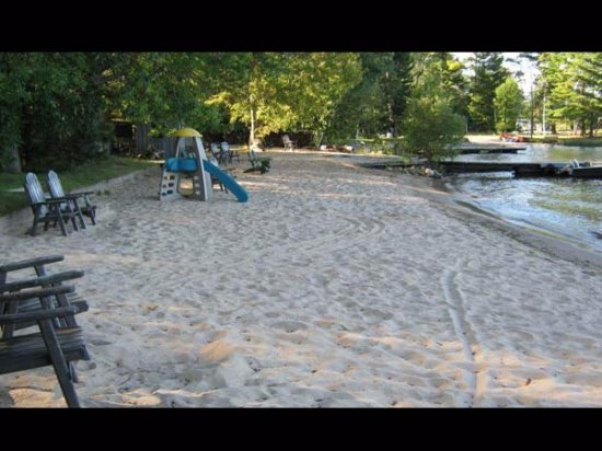 Callander, Канада: Plenty of beach chairs to relax on.