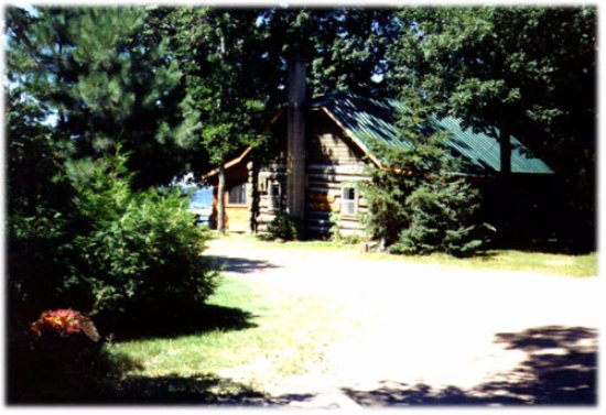 "Callander, Kanada: The ""log cabin"" is our most popular cottage.  It's right on the water, and is loaded with charac"