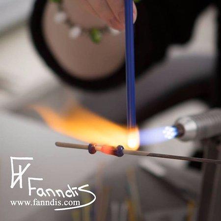 Selfoss, İzlanda: Fanndís making beads